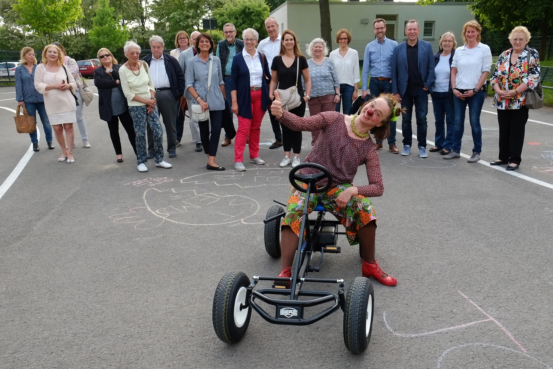 """Gut am Ziel angekommen: Clownin Klara und Mitglieder von """"Spendobel"""" auf dem Verkehrsparcours der Mira-Lobe Schule."""